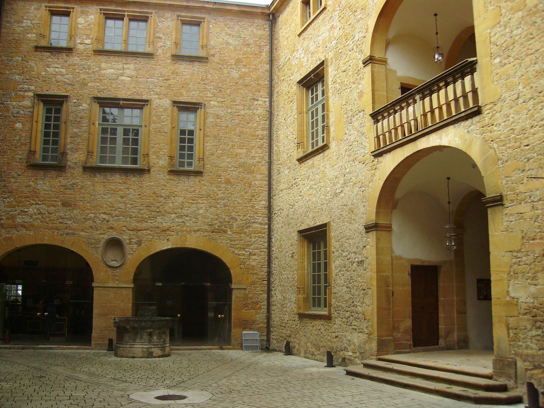 Chateau de Bagnols - Cours intérieur